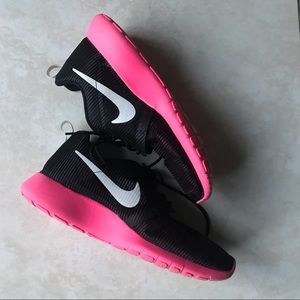 Nike Roshe One pink black shoes 7Y 8.5 women's